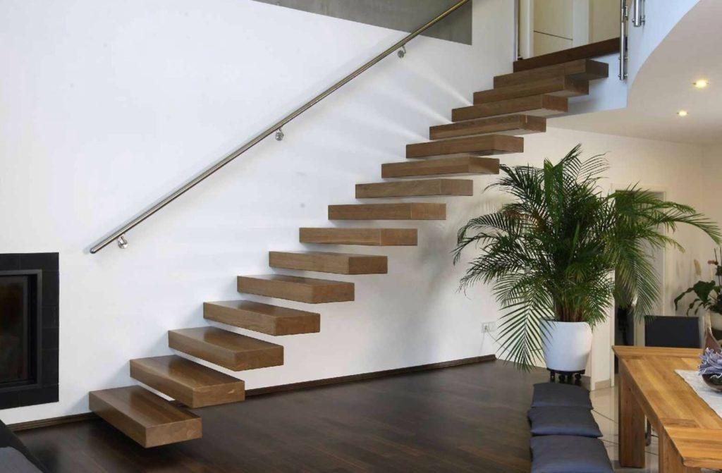 Лестница без перил в гостиной