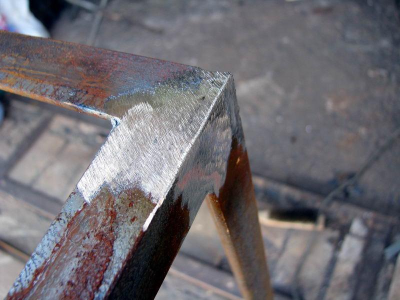 Зачистка металлической лестницы
