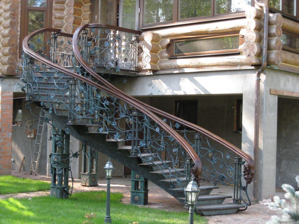 Криволинейная кованая лестница