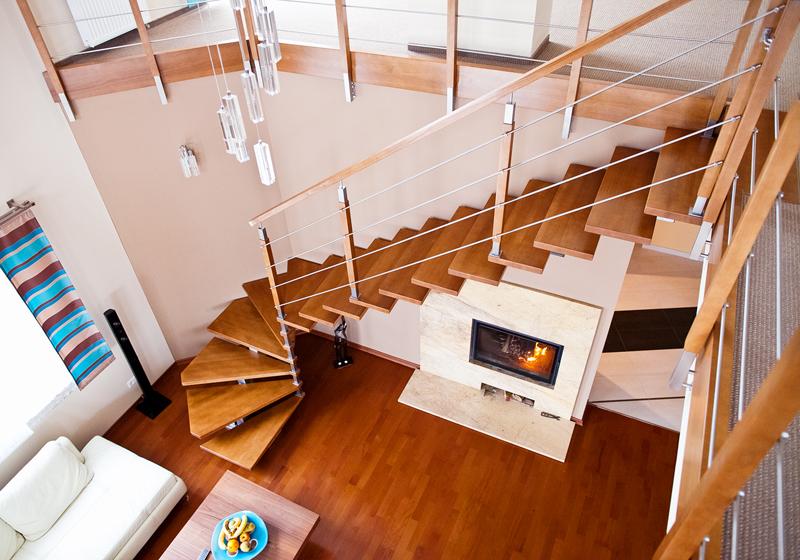 Лестница с забежными ступенями в гостиной