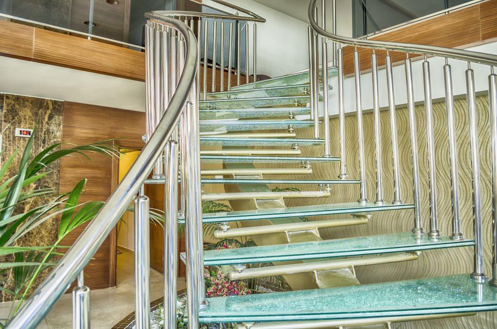 Варианты ограждения для стеклянной лестницы