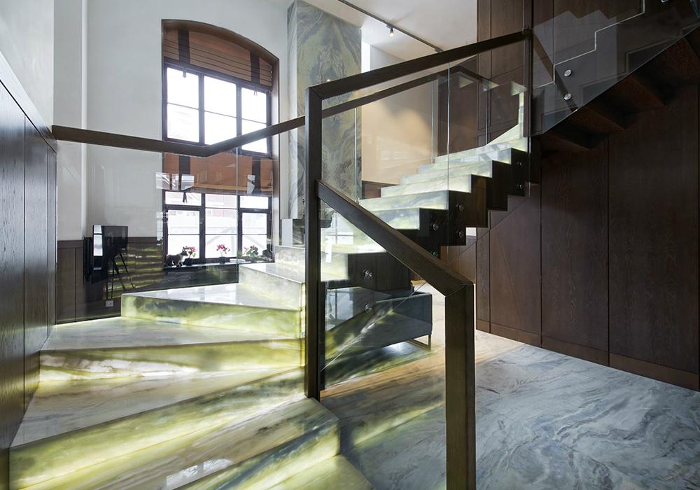Лестница из кварцита с внутренней подсветкой