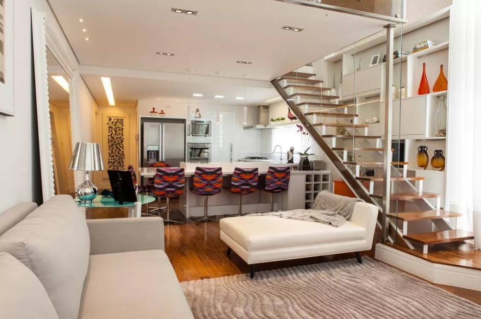 Одномаршевая лестница в интерьере гостиной