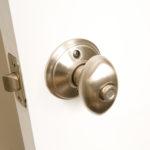 Какой замок выбрать для межкомнатной двери: типы механизмов и рекомендации по установке