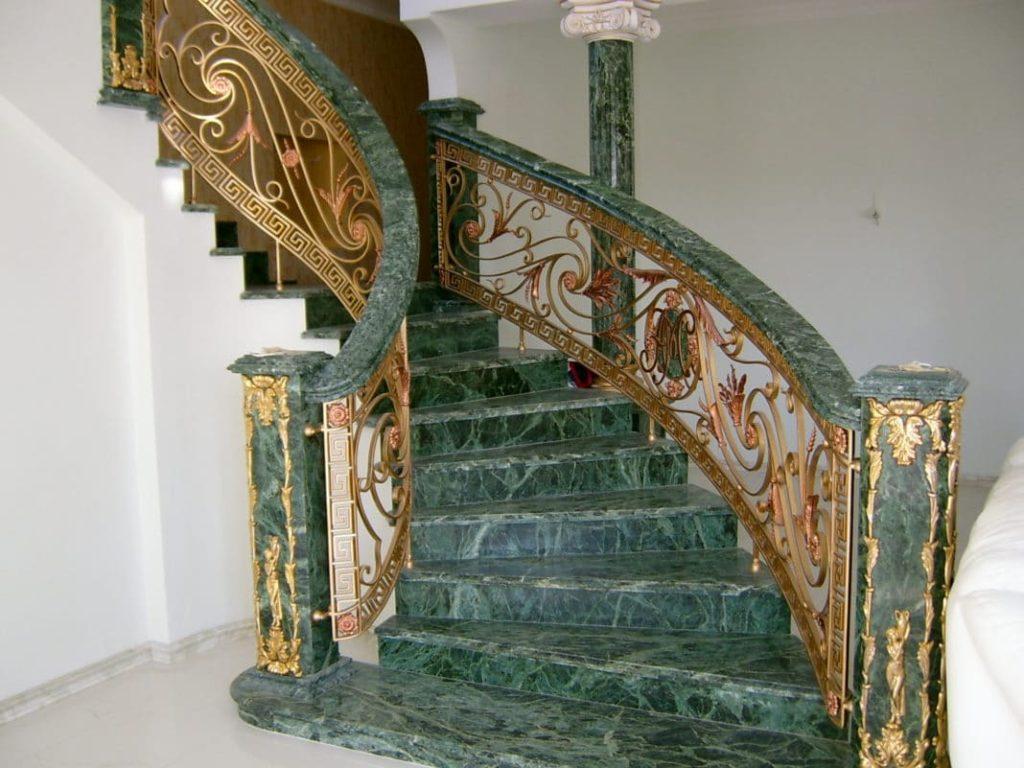 Каменная лестница из мрамора