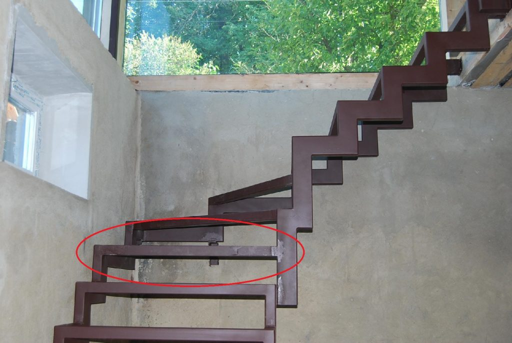 Каркас лестницы на ломаных косоурах из профильной трубы