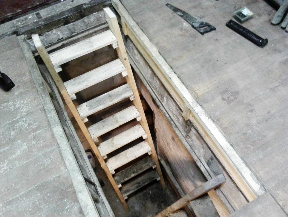 Лестница из дерева в подвал