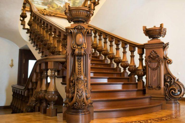 Красивая лестница из дерева с резными балясинами