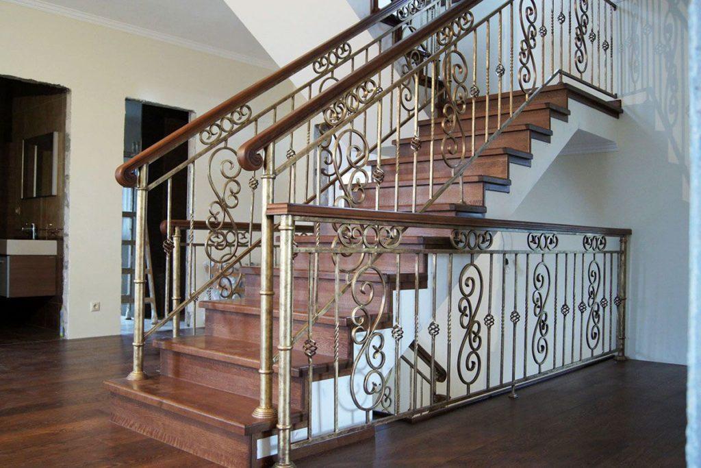 Двухмаршевая лестница с ковкой