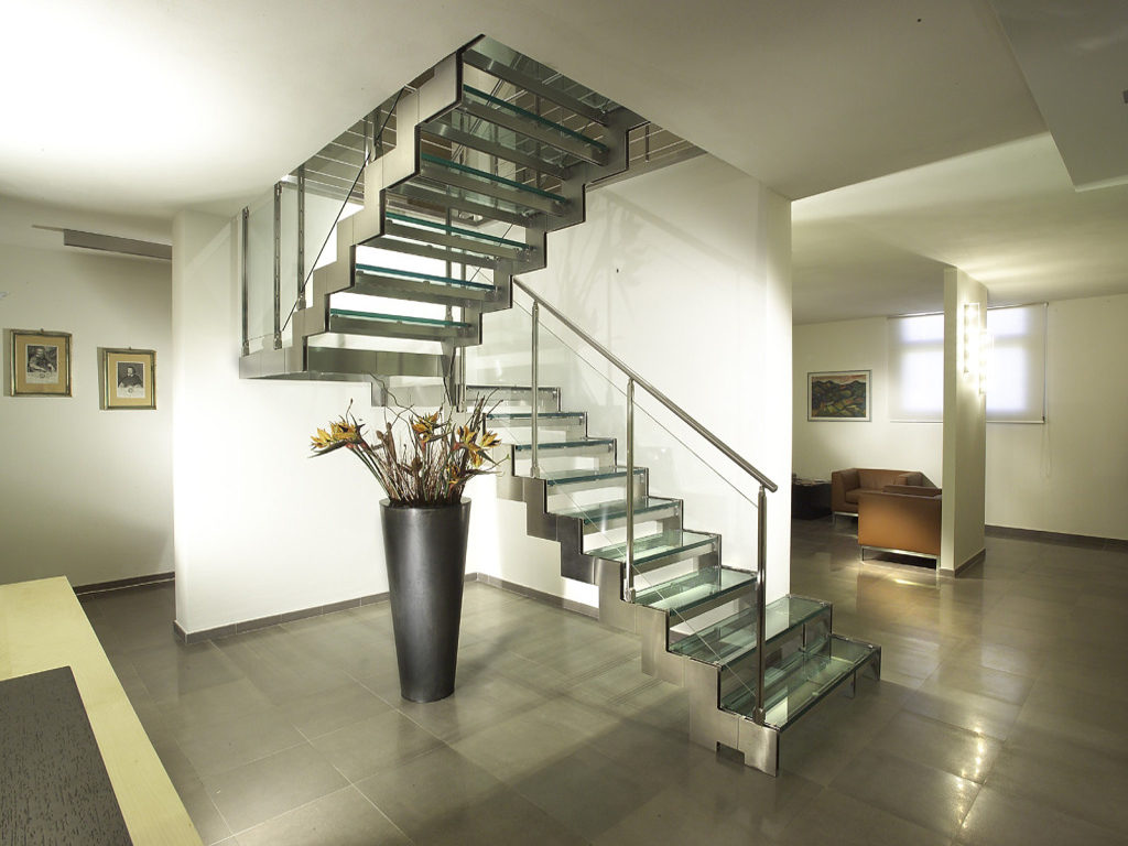 Двухмаршевая лестница из стекла