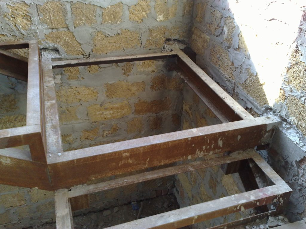 Лестница из металла в подвал своими руками