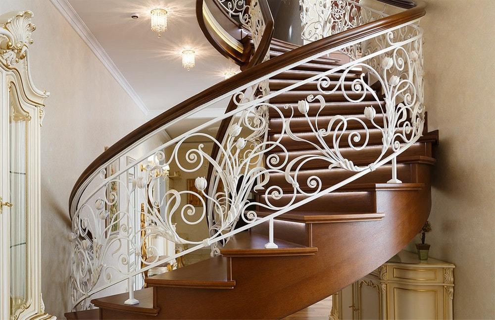 Красивая лестница с коваными перилами