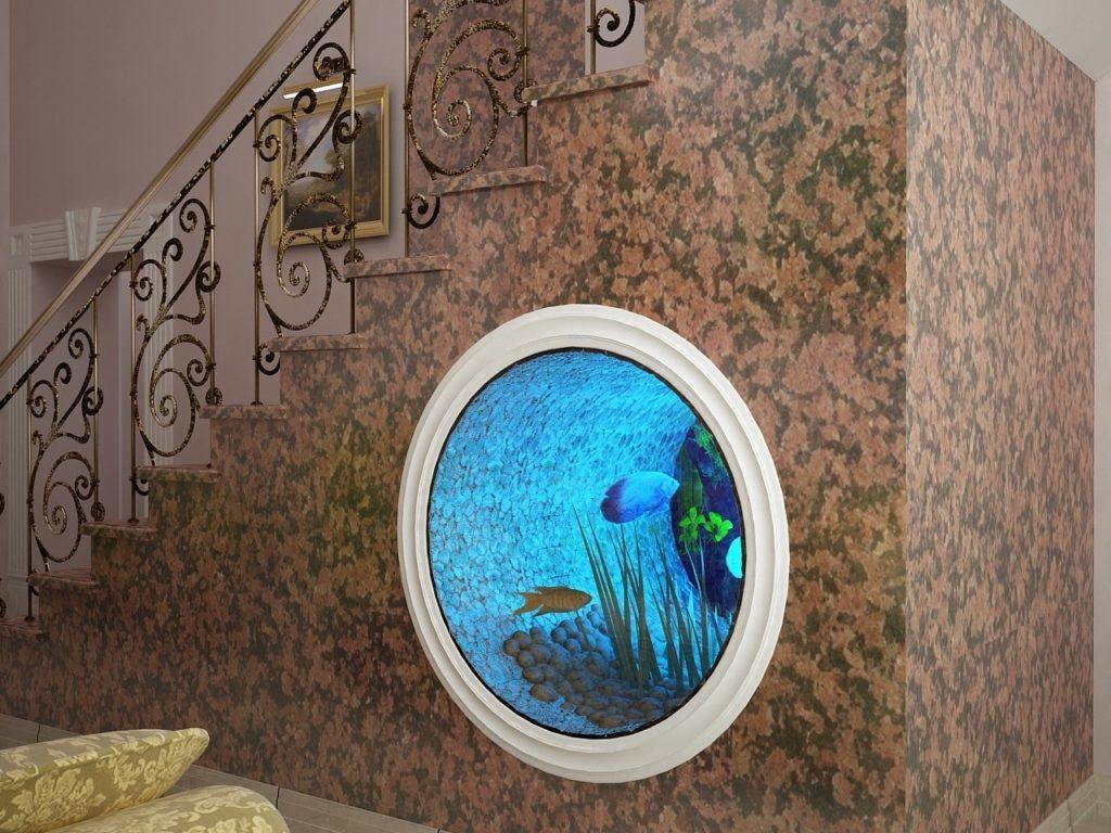 Аквариум под лестницей в гостиной