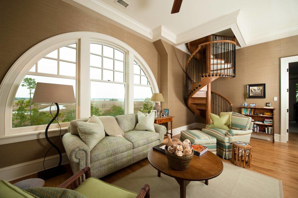 Винтовая лестница в интерьере гостиной