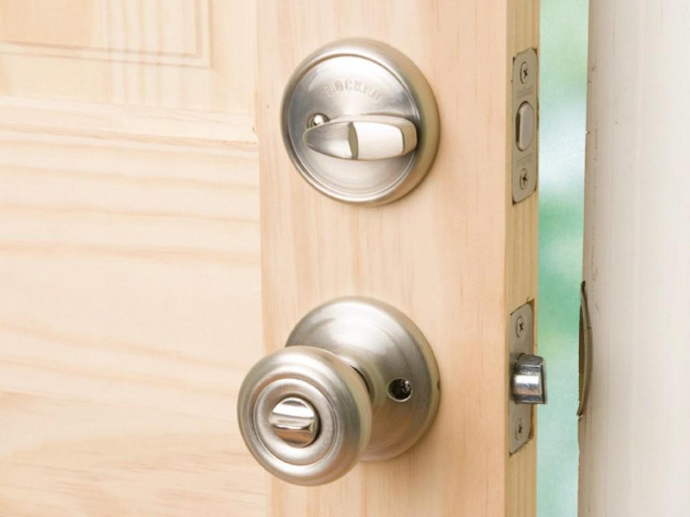 Межкомнатная дверь с сантехническим замком и заверткой