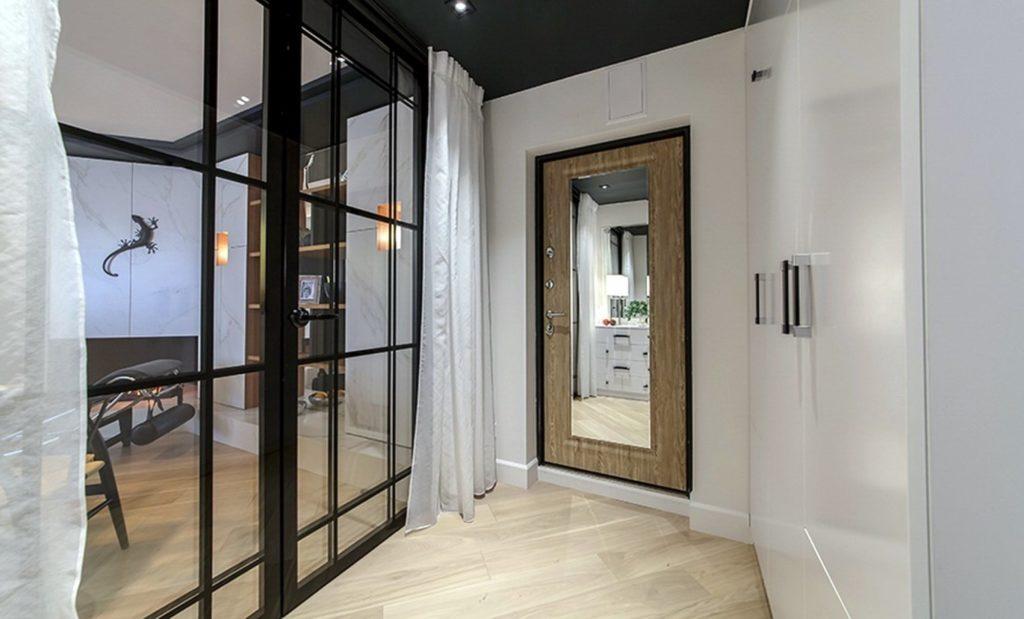 Входная дверь с зеркалом в интерьере прихожей