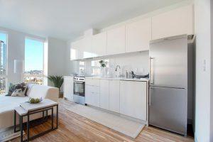 холодильник и кухонный шкаф