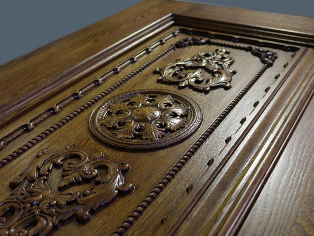 Двери из массива дерева с резьбой