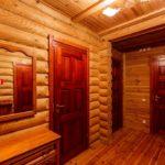Какие межкомнатные двери лучше установить в деревянном доме: советы по выбору и этапы монтажа