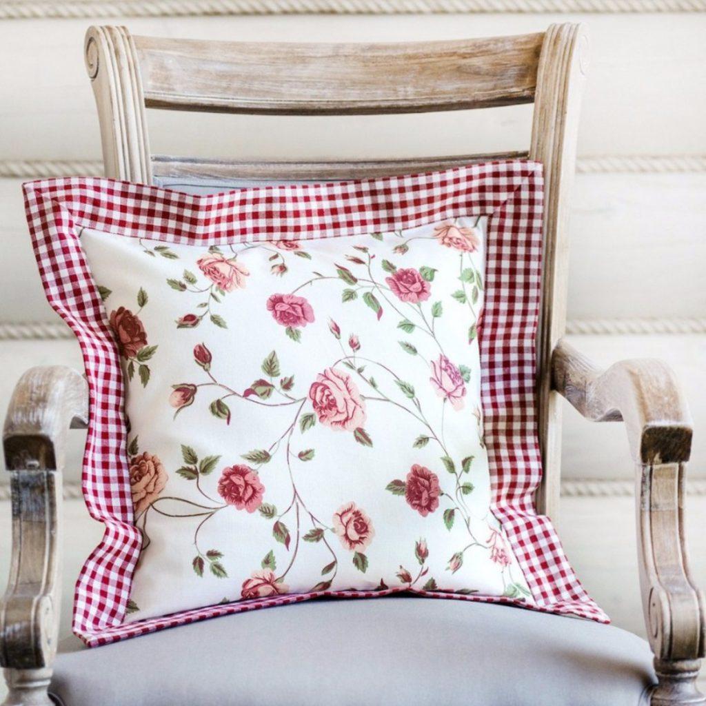 подушка на стуле