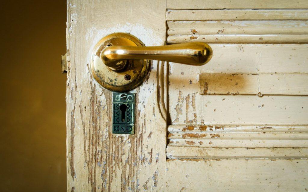 Как можно обновить старые межкомнатные двери