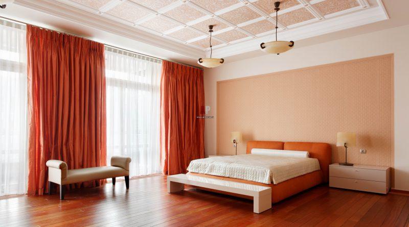 кровать и люстра