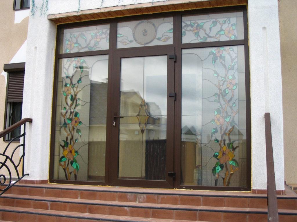 Алюминиевые входные двери с витражным стеклом