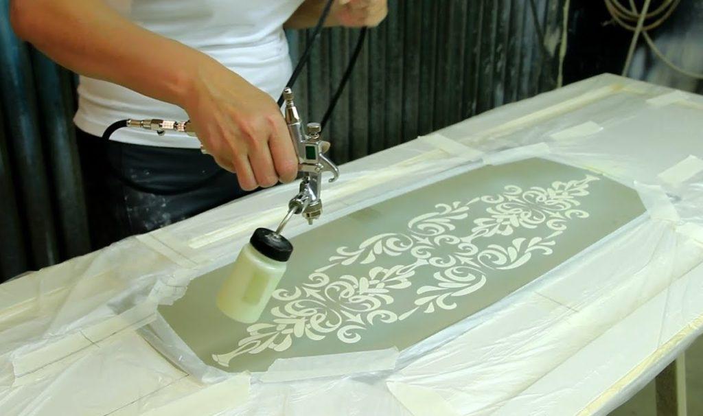 Покраска межкомнатной двери с использованием трафарета