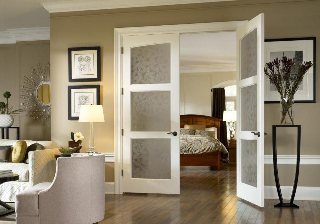 Распашные двустворчатые двери в интерьере