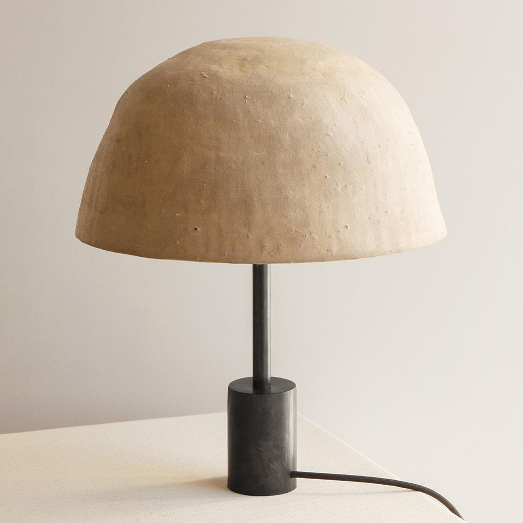 Дизайн-бюро In Common With представило светильники с глиняными плафонами
