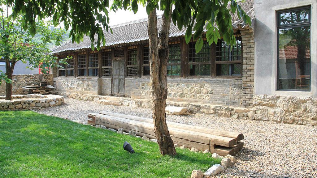 Пустой особняк в окрестностях Пекина преобразили в уютное лофт-пространство