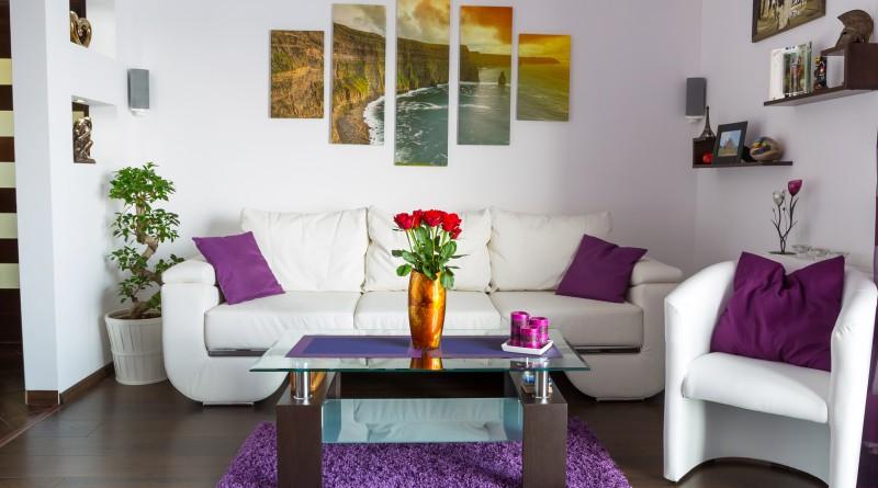 Модульная картина в гостиной над диваном
