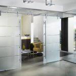 Межкомнатные двери из стекла: плюсы и минусы