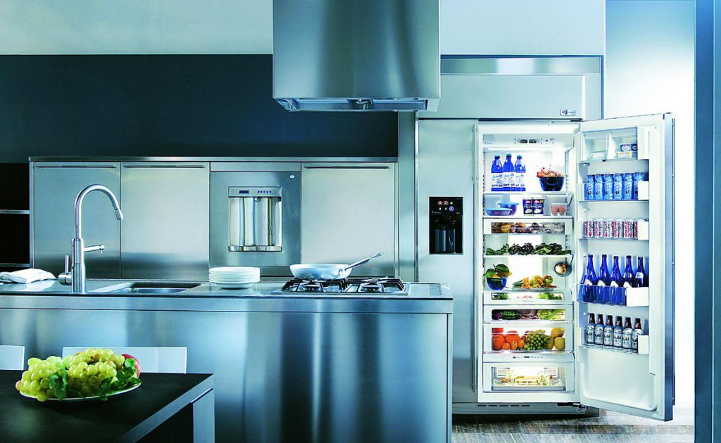 холодильник в углу