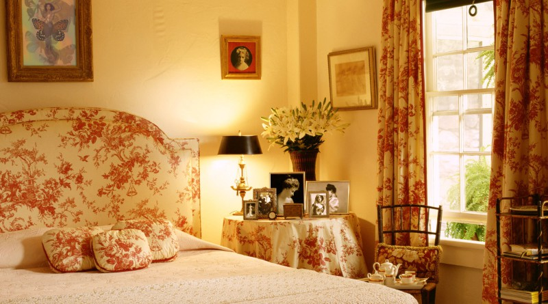 Спальня в оттенках персикового цвета