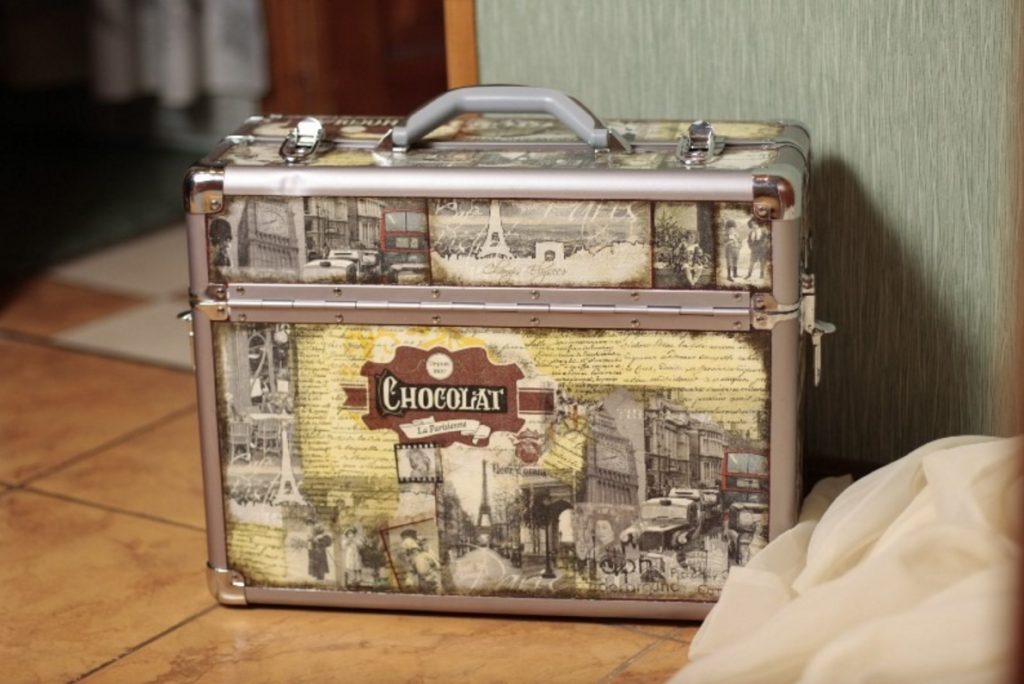 Декупаж чемодана в стиле симплсити