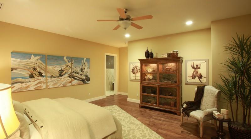 спальня с картинами в интерьере