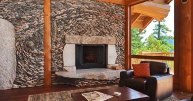 Камень и дерево в отделке гостиной