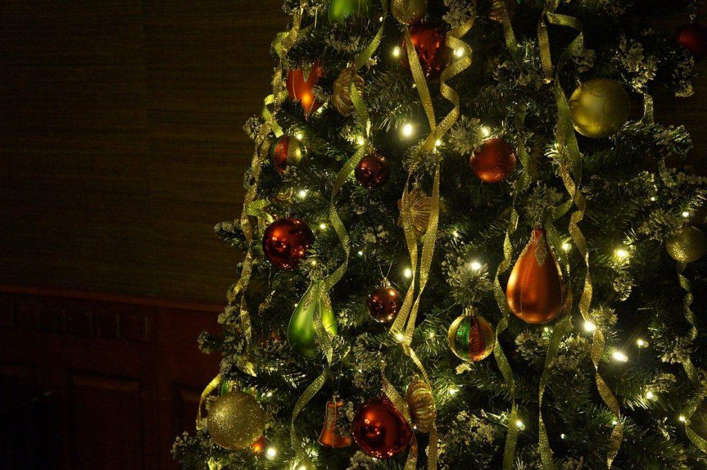 Украшение елки серпантином