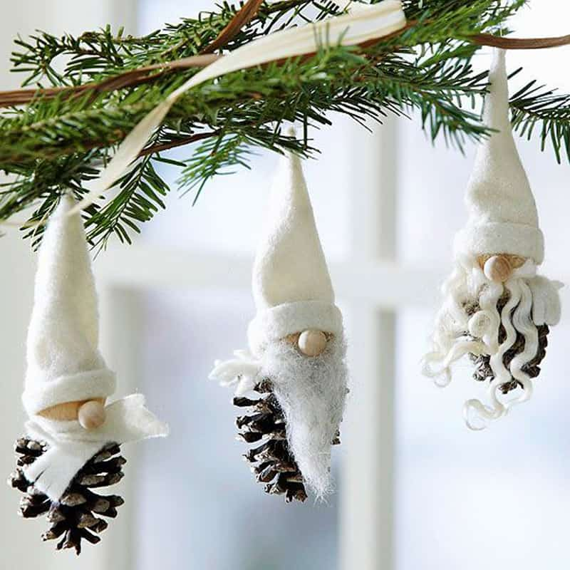 Дед мороз из шишки на елку