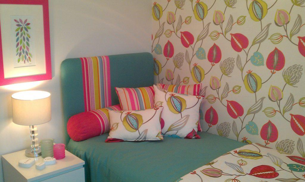 Декор при помощи разноцветных подушек