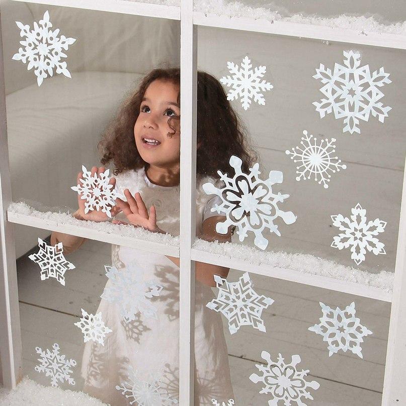 Снежинки из бумаги на окне