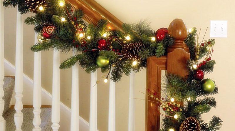 Украшение лестницы гирляндой к Новому году