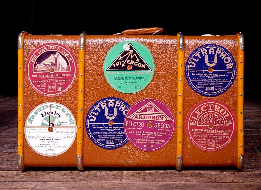 Декупаж чемодана наклейками