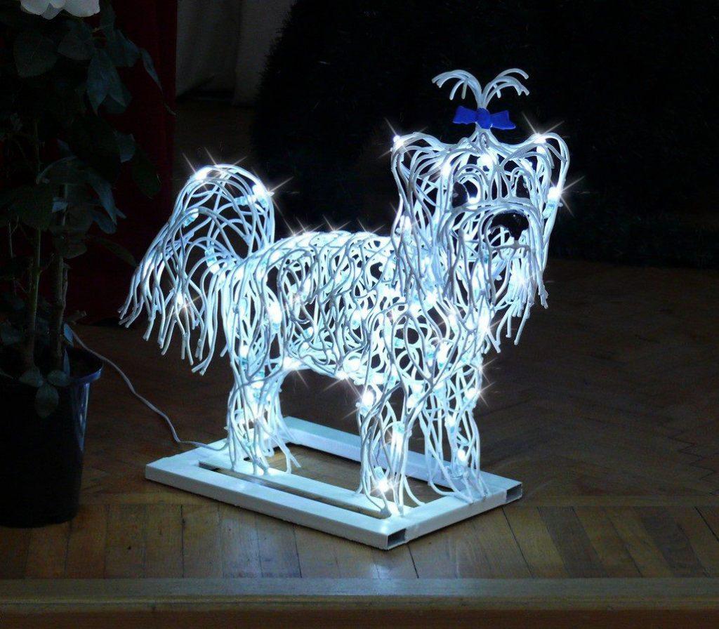 Новогодняя иллюминация в виде собаки