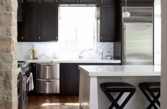 Кухонный шкаф вокруг окна